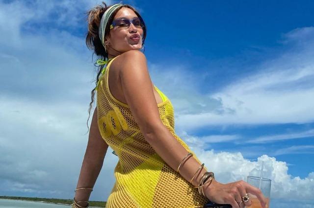 Яхта, песни и бикини: Белла Хадид поделилась новыми фотографиями с празднования дня рождения