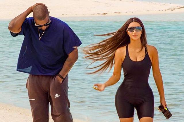 Прогулки по пляжу и семейная идиллия: Ким Кардашьян поделилась новыми фотографиями из отпуска